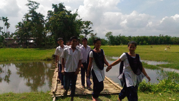 Pic-3_school-students-had-to-travel-by-a-muddy-paddy-field